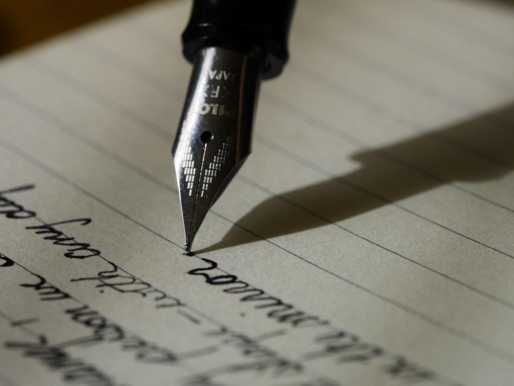 penna che scrive su foglio