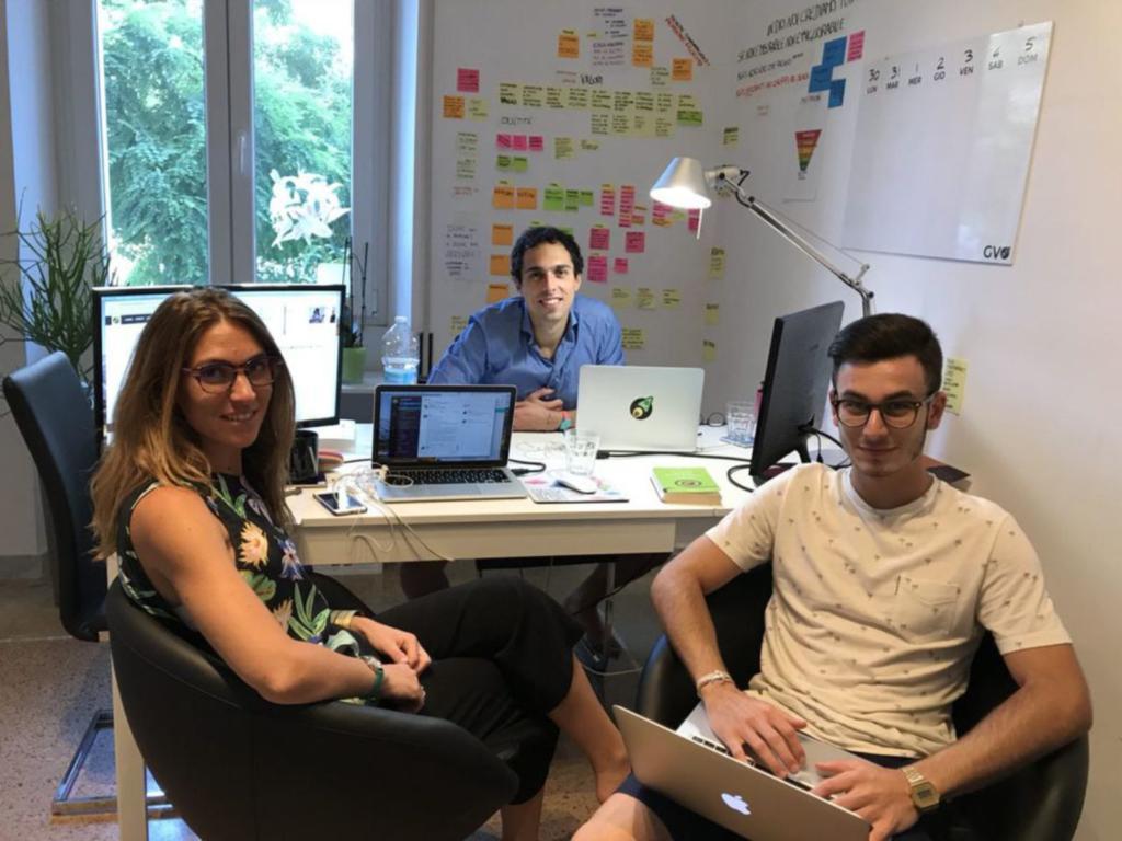 alessandro in ufficio con il team