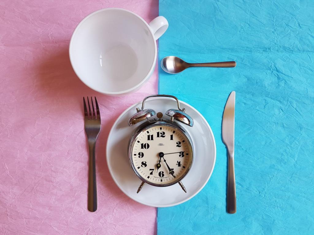 colazione con sveglia nel piatto