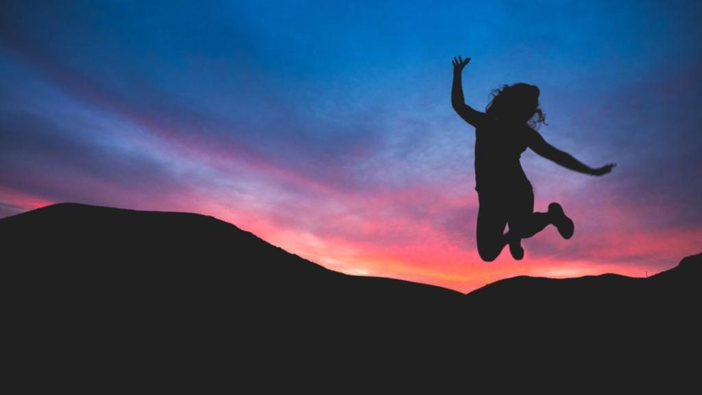 ragazza che salta dalla felicità