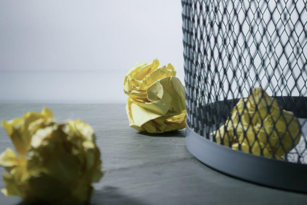 palline di carta fuori dal cestino della spazzatura