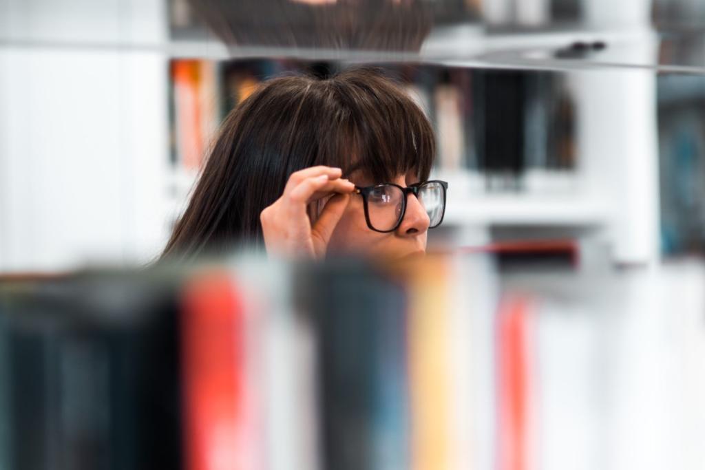 ragazza che cerca un libro