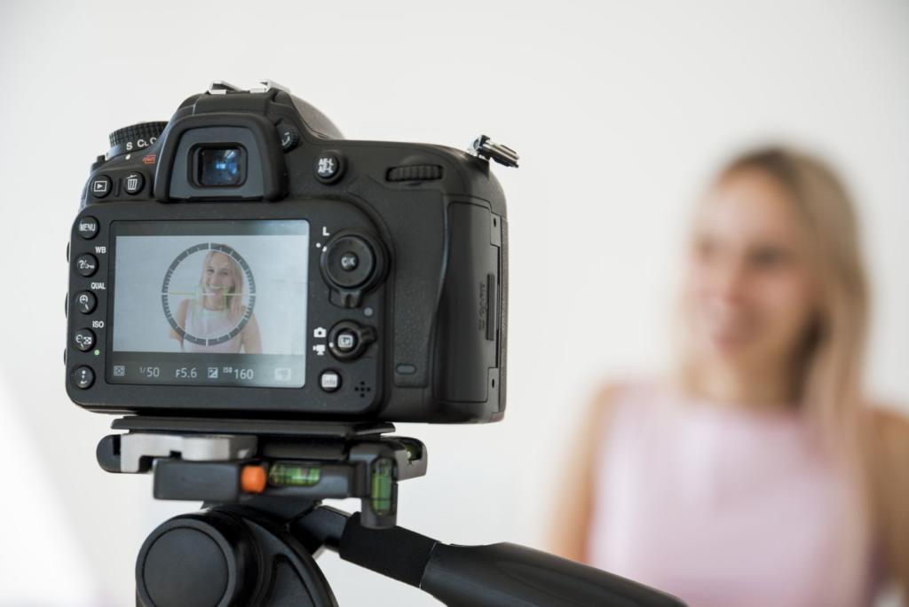 ragazza che sta facendo un video davanti alla telecamera