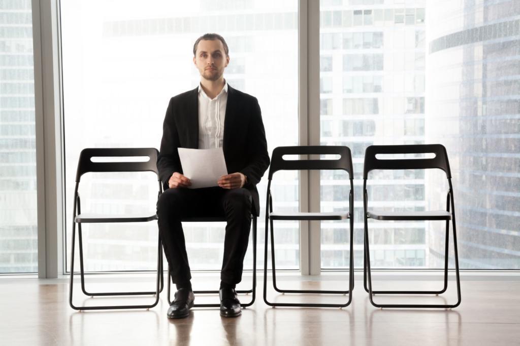 ragazzo con lettera motivazionale che attende di fare il colloquio