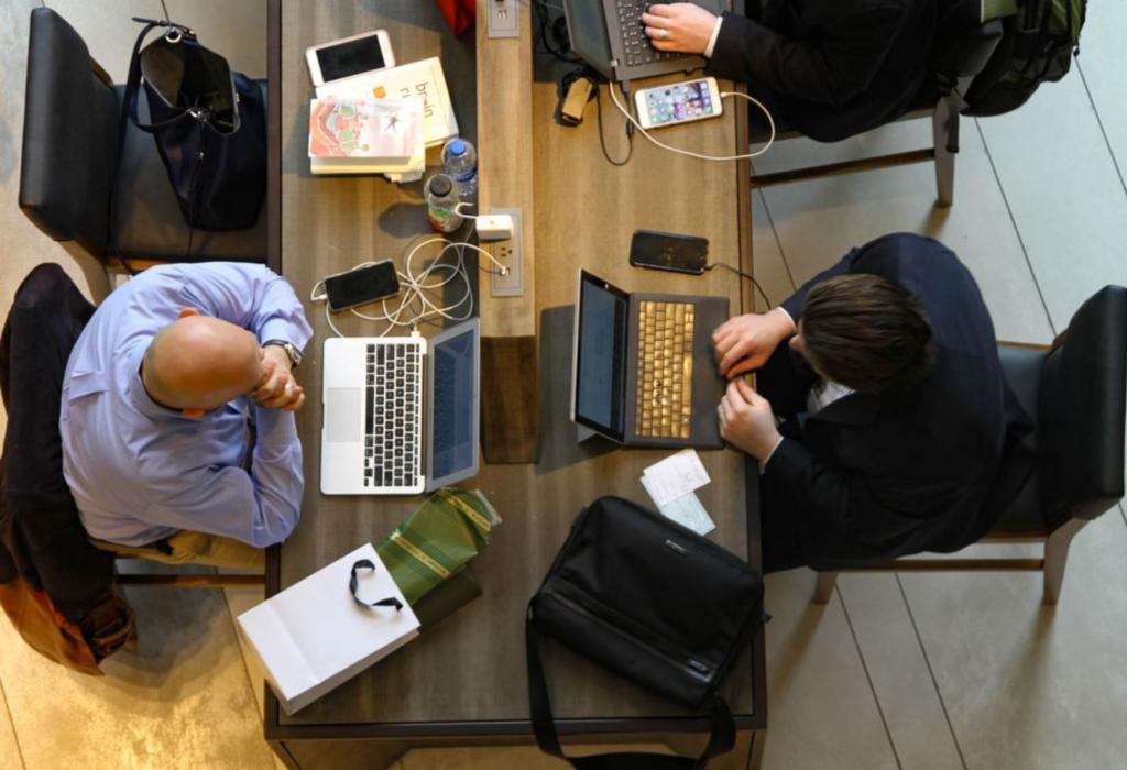 uomini che lavorano in ufficio