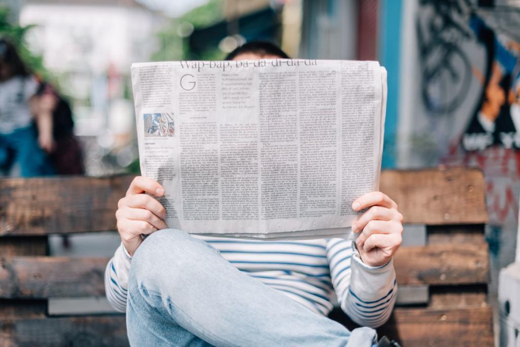 uomo che legge il giornale con lettura veloce
