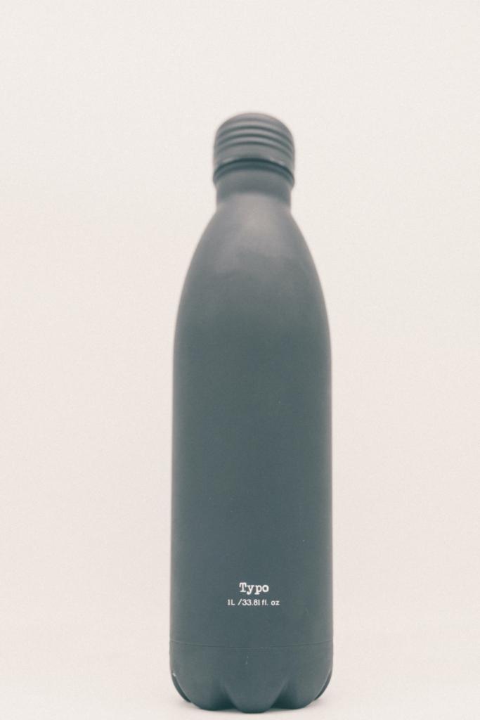 Bottiglia riutilizzabile per consumare meno plastica