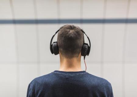 Studiare con la musica: come concentrarsi meglio con questo strumento